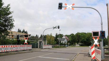 Wegen Bauarbeiten ist in Krumbach der Bahnübergang an der Nattenhauser Straße gesperrt. Zu sehen ist bereits oben das neue Andreaskreuz mit Lichtzeichenanlage und rechts die Halterung für die neue Fußgänger-Halbschranke.