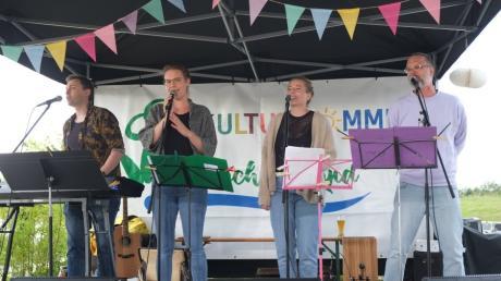 Die Four friends Georg und Julia Braunbeck und Vroni und Josh Stadlmaier (von links gesehen) begeisterten die Besucher mit älteren und aktuellen Coversongs in englischer und deutscher Sprache, aber auch mit Filmmusik.