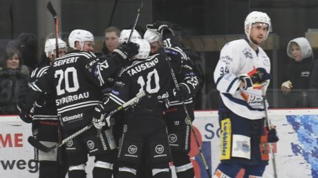 Endlich wieder Tore und Siege bejubeln wollen die Spieler des Eiishockey-Landesligisten ESV Burgau in der Runde 2021/22.