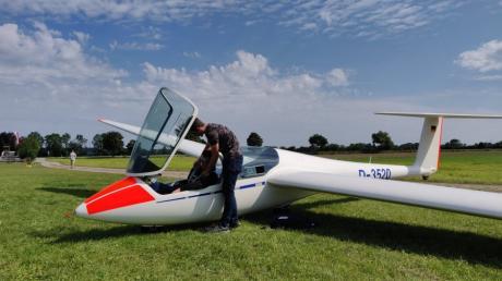 Fliegen ist Teamsache: Beim Ferienlager des Luftsportvereins Schwabmünchen unterstützten sich Christopher von Perbandt und sein Bruder Martinus.