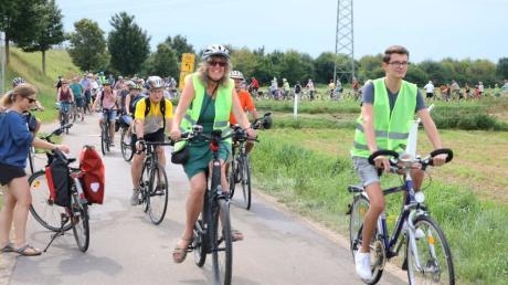 Die Grünen-Politiker Marion Brülls und Stefan Lindauer führten die Fahrraddemo über die Kreissstraße AIC25 an.