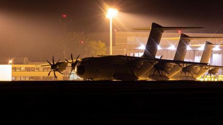 Transportflugzeuge vom Typ Airbus A400M der Luftwaffe stehen am Abend auf dem Fliegerhorst Wunstorf in der Region Hannover hinter einem Zaun.
