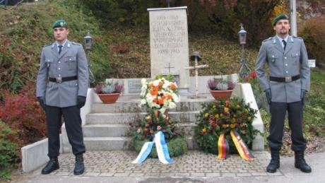 Eine Steintafel am Gefallenendenkmal in Adelzhausen erinnert an den 21-jährigen Bundeswehrsoldaten Georg Kurat. Er wurde im Februar 2011 bei einem Attentat der Taliban in Afghanistan getötet.