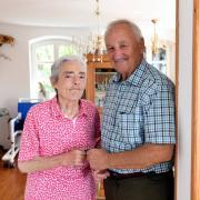 Josef Tosi hat lange für seine Frau Berta einen Platz in der Kurzzeitpflege gesucht. Nun sind beide wieder zu Hause. Das Problem werde aber nicht erkannt, sagt der Ottmarshauser.