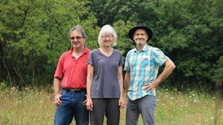 Die Mitglieder der Ortsgruppe des BUND in Kissing kümmern sich um die Kissinger Heide: (von links) Johannes Hofberger, Helene und Hubert Achatz.