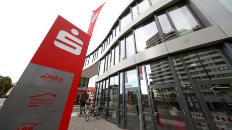 Die Sparkasse Neu-Ulm-Illertissen schließt keine Geschäftsstellen, stellt aber in mehreren Filialen den Schalterbetrieb ein.