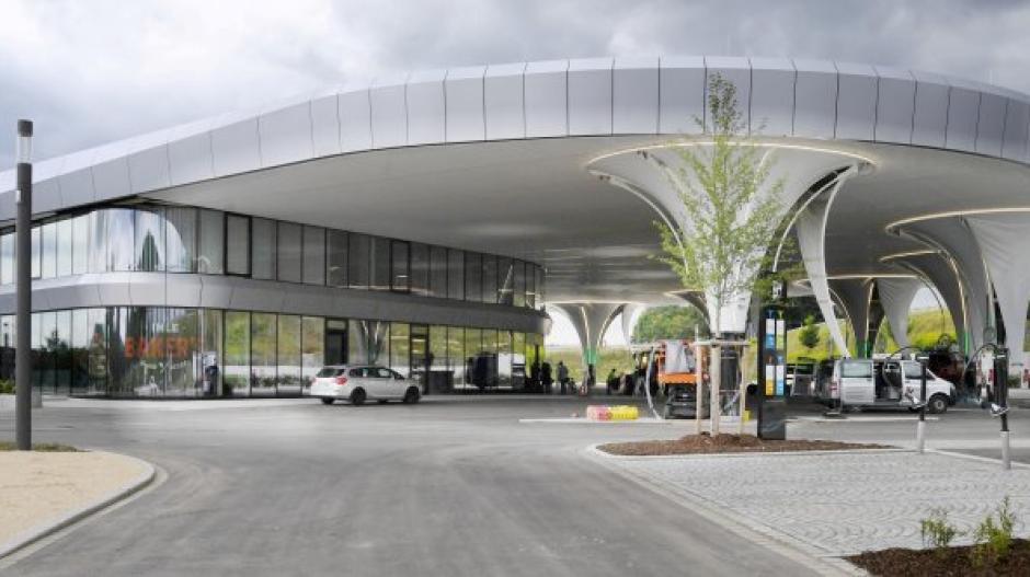 Zeichen für den Aufschwung: Neue Elektro-Tankstelle von Sortimo an der A8.