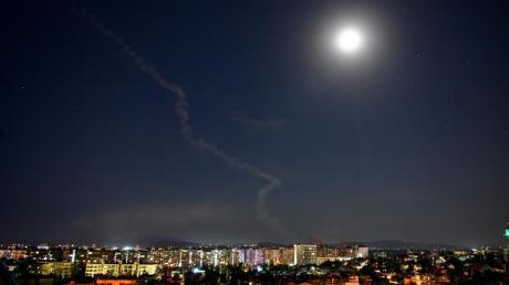Am Himmel über Damaskus, Syrien, ist die Rauchfahne einer Rakete zu sehen.