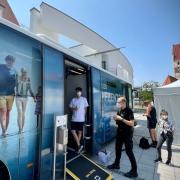 Der Impfbus macht an verschiedenen Stationen im Landkreis Neu-Ulm halt. Am Dienstag ist er in Illertissen.