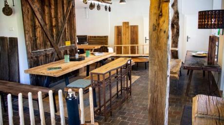 Antikes Holz in historischen Räumen. In der alten Molkerei von Pähl, dem ältesten Gebäude im Ort, kommen die Objekte und Möbel besonders gut zur Geltung.