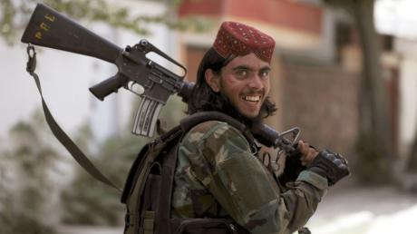 Ein Kämpfer der Taliban patrouilliert im Stadtviertel Wazir Akbar Khan.
