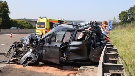 Mit schweren Verletzungen wurde der Fahrer dieses Wagens in ein nahe gelegenes Krankenhaus geflogen. Zuvor war ein Sattelzug am Elchinger Autobahnkreuz in ein Stauende gefahren.