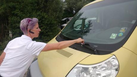 Marion Klehmet von der Verkehrsüberwachung ist nun auch am Mandichosee in Merching unterwegs, um nach Falschparkern Ausschau zu halten.