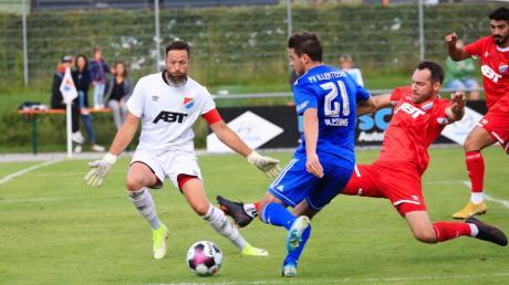 Kotterns Stefan Liebert bringt in dieser Szene gerade noch den Fuß an den Ball und lenkt den Schuss von Yannick Glessing  zum Eckball ab.