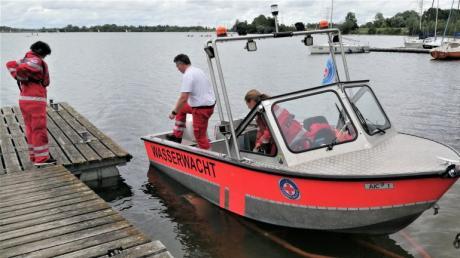 Wenn es für einen Einsatz gebraucht wird, lassen die Mitglieder der Meringer Wasserwacht am Mandichosee  das Rettungsboot schnell zu Wasser.