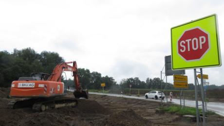 Mit dem Bau des neuen Kreisverkehrs westlich von Nattenhausen wurde jetzt begonnen. Die Arbeiten dürften bis Mitte Oktober abgeschlossen sein.