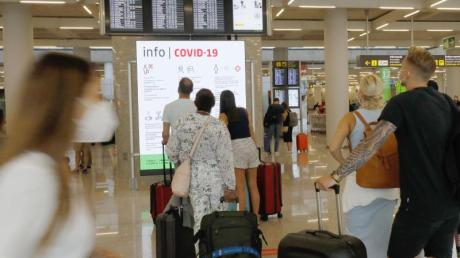 Urlauber im Abflugbereich des Flughafens von Palma de Mallorca.