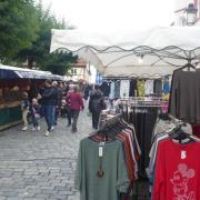 Von Textilien bis hin zu Obst reichte das breite Angebot beim Krumbacher Bartholomä-Markt 2021. Auch im kommenden Jahr steht der Markt wieder auf dem Programm.