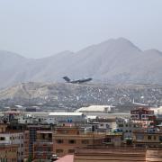 Ein US-Militärflugzeug startet vom Flughafen Kabul. In solche einem Flieger gelang Karim die Flucht aus Kabul. Über Katar wurde er in die USA gebracht, wo er nun seit Wochen festsitzt.