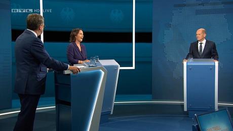 Die Kanzlerkandidaten (von links) Armin Laschet, Annalena Baerbock und Olaf Scholz stehen bei der Sendung im Fernseh-Studio in Berlin-Adlershof.