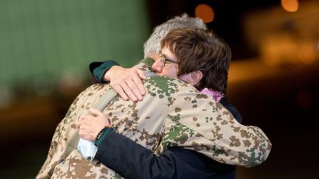 Die ungeheure Anspannung der letzten Tage war es wohl, die am Freitagabend zu der emotionalen Geste auf dem Stützpunkt Wunstorf führte: General Jens Arlt und Verteidigungsministerin Annegret Kramp-Karrenbauer umarmen sich.