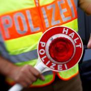 Die Polizei hat ein Fahrzeug auf der A7 bei Illertissen abschleppen lassen.