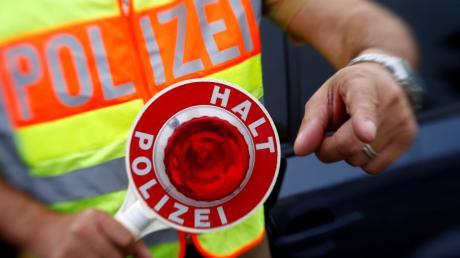 Die Polizei hat am Donnerstag einen Lastwagenfahrer ohne die erforderliche Fahrerlaubnis erwischt. (Symbolbild)