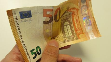 Zwei Frauen haben mit einem 50-Euro-Schein bezahlt und dabei heimlich mehrere 50-Euro-Scheine eingesteckt.