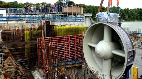 Einbau einer 47 Tonnen schweren Kaplan-Turbine im Rohbau des Wasserkraftwerks im Hochablass-Wehr am 17. September 2013.