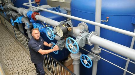 Roland Tschamler ist Wasserwerksmeister beim Wasserwerk Weißenhorn. Er und seine drei Mitarbeiter überwachen unter anderem die Qualität des Trinkwassers für gut 4500 Haushalte.
