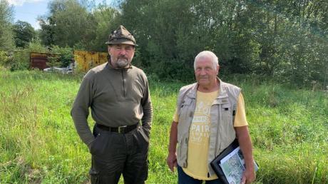 Franz Gutser (links) und Xaver Bühler in Sinningen. An dieser Stelle soll in Zukunft der neue Damm verlaufen.