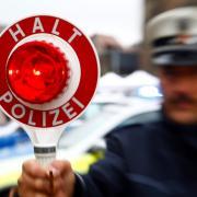 Einen Fahrer ohne Führerschein ertappten Aichacher Polizisten am Mittwoch.