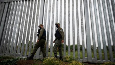 Griechische Polizisten patrouillieren an der Grenze zur Türkei.  Die Regierung in Athen kritisiert, dass Brüssel das Land im Stich lässt.