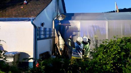 Am Montagmorgen brannte im Blausteiner Stadtteil Klingenstein dieses Zelt, das als Materiallager genutzt wurde.