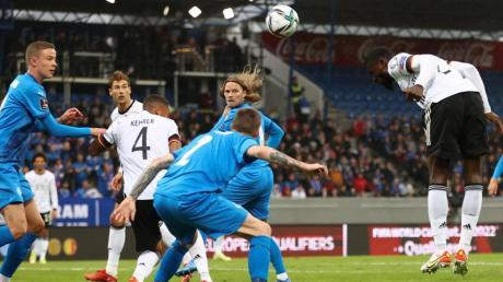 Antonio Rüdiger (r) köpft zum 2:0 ein.
