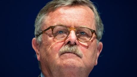 Frank Ulrich Montgomery fordert schärfere Corona-Maßnahmen im Kampf gegen die vierte Welle.