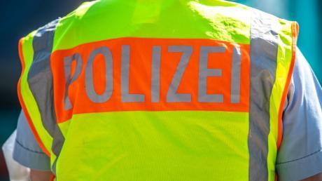 Zwei Frauen sind im Ulmer Hauptbahnhof auf Polizeikräfte losgegangen.