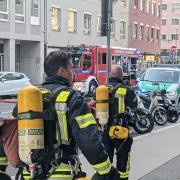 Immer wieder muss die Feuerwehr zu dem Brandhaus ausrücken. Das Bild entstand am Tag des Großbrandes.