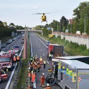 Schwerer Unfall im einsetzenden Feierabendverkehr auf der B17 bei Graben: Nach ersten Erkenntnissen der Polizei ist ein Lastwagen in ein Stauende gefahren.