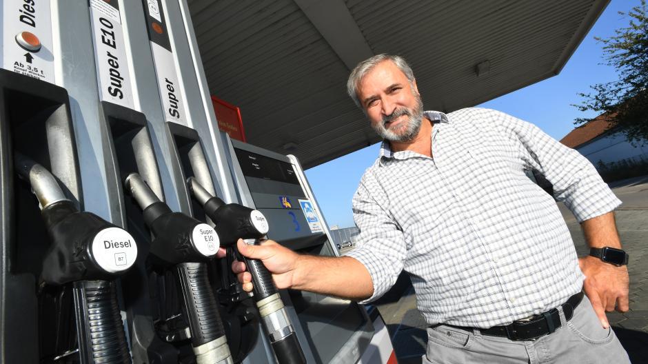 Mehmet Kurtoglu betreibt eine Tankstelle in Königsbrunn, doch der Weg zum beruflichen Erfolg war hart.