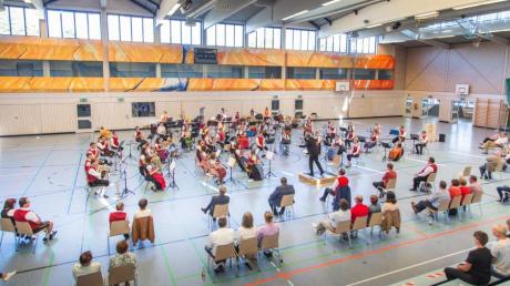 Das Bezirksjugendorchester des Bezirks 15 des Allgäu Schwäbischen Musikbundes spielt mit Abstand die beiden Abschlusskonzerte in der Staudenlandhalle in Fischach.
