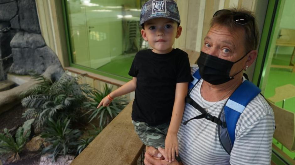 Dieter Pongratz und sein vierjähriger Enkel Michael bestaunen die Schildkröten im Elefantenhaus des Augsburger Zoos.