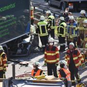 Ein Lastwagen raste am Montagnachmittag in ein Stauende auf der B17. Eine Frau ist dabei ums Leben gekommen.