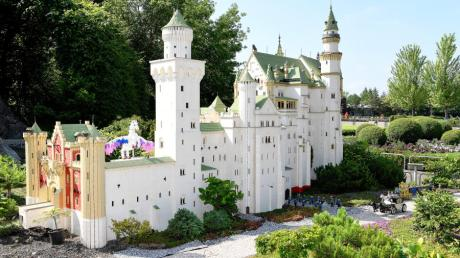 Touristenmagnete unter sich: Im  Legoland ist eine Nachbildung des Königschlosses Neuschwanstein zu sehen. Das Modell ist aus über 311.000 Legosteinen zusammengesetzt worden.
