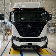 Der Nutzfahrzeughersteller Iveco hat in Ulm eine Produktionshalle für elektrisch betriebene Lastwagen eröffnet. Zusammen mit dem US-amerikanischen E-Auto-Start-up Nikola möchte das Unternehmen mittelfristig bis zu 3000 Lastwagen im Jahr produzieren.