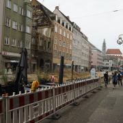 Der östliche Fußweg in der Karolinenstraße wurde am Mittwochnachmittag für Passanten wieder freigegeben.
