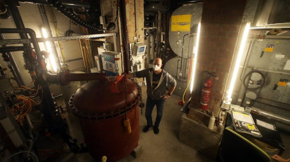 Unter dem Becken des Frauen-Beckens im Alten Stadtbad findet man eine eigene Welt, wie Technik-Chef Jürgen Zapf zeigt.