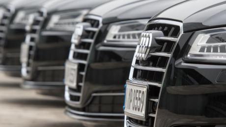 Wegen des anhaltenden Chipmangels stehen bei Audi in Ingolstadt die Bänder öfter still. Das spüren auch Autokäufer.