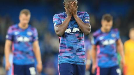 Leipzigs Mittelfeldspieler Amadou Haidara verläßt nach Spielende mit seinen Mannschaftskameraden enttäuscht das Spielfeld.