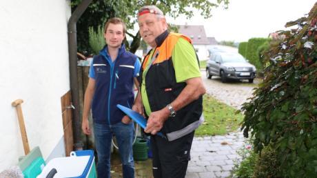 Martin Stocker, Fachkraft für Wasserversorgungstechnik von der Verwaltungsgemeinschaft Krumbach links ist dabei, als Georg Stegmiller Wasserproben in Deisenhausen für die Laboruntersuchung nimmt.